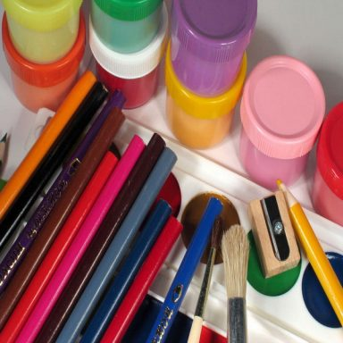 Карандаши цветные, краски, кисти,мелки,кисти